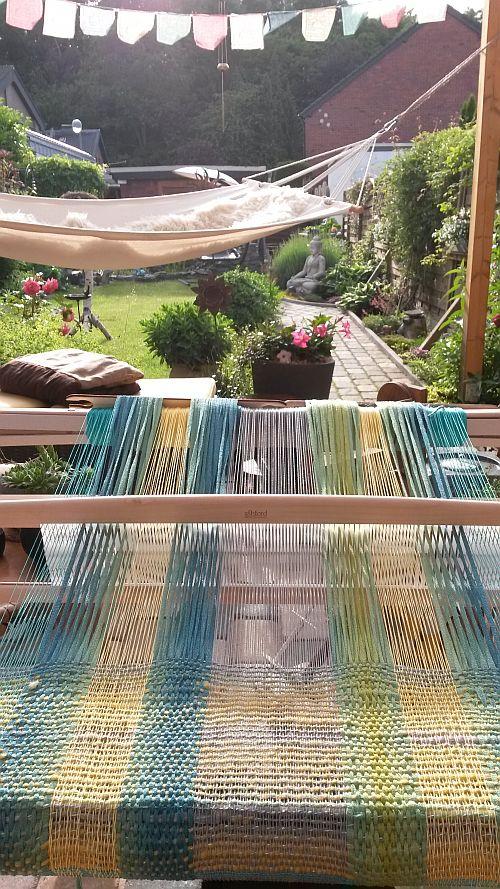 Blau-gelber-Schal-beim-weben
