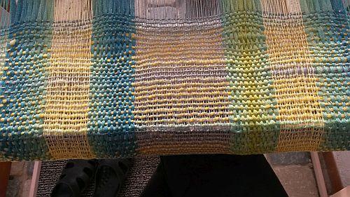 Blau-gelber-Schal-beim-weben-2
